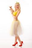 Chihuahua στο εύθυμο κορίτσι χεριών μοντέρνη ευτυχής γυναίκα με χαριτωμένο Στοκ εικόνα με δικαίωμα ελεύθερης χρήσης