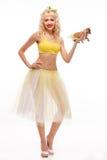 Chihuahua na menina alegre das mãos mulher feliz elegante com bonito Imagem de Stock Royalty Free