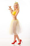Chihuahua na ręki rozochoconej dziewczynie modna szczęśliwa kobieta z ślicznym Obraz Royalty Free