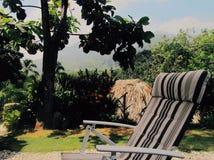 Chiil en paraíso tropical imagen de archivo