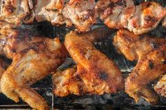 Chiken翼和水多的烤kebabs和在BBQ 库存照片