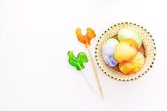 Chiken de geschilderde eieren van Pasen pret met lollys Stock Fotografie