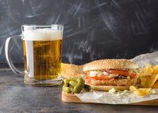 Chiken hamburger i szkło piwo Obrazy Royalty Free