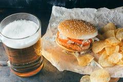 Chiken hamburger i szkło piwo Obraz Stock