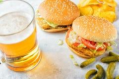Chiken hamburger i szkło piwo Zdjęcie Stock