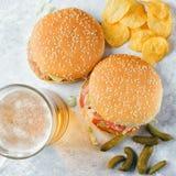 Chiken hamburger i szkło piwo Obraz Royalty Free