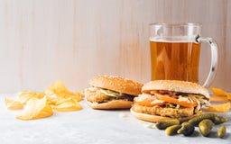 Chiken hamburger i szkło piwo Obrazy Stock