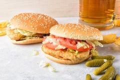 Chiken hamburger i szkło piwo Zdjęcie Royalty Free