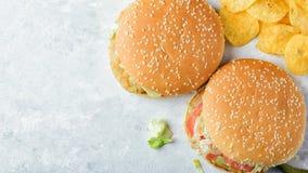 Chiken hamburgery na kamiennej tacy Obrazy Royalty Free