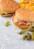 Chiken hamburgery na kamiennej tacy Zdjęcie Royalty Free