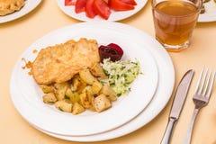 Chikenlapje vlees met gebraden aardappels Stock Afbeeldingen