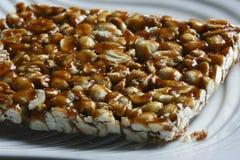 Chikki è un dolce indiano pronto da mangiare tradizionale Fotografia Stock Libera da Diritti