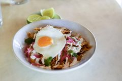 Chilaquiles mexicanos del plato del desayuno Foto de archivo libre de regalías