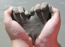 Childâs da la arena de la explotación agrícola formada como corazón Fotografía de archivo libre de regalías