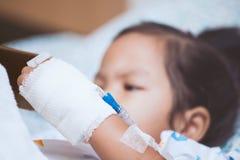 Child& x27 υπομονετικό χέρι του s με αλατούχοι ενδοφλέβιο & x28 iv& x29  σταλαγματιά στοκ εικόνες με δικαίωμα ελεύθερης χρήσης