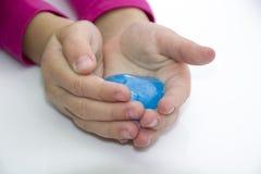 child& x27; руки s держа воду на белизне Стоковые Фотографии RF