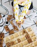 Child& x27; руки s играя с деревянным блоком алфавита стоковые изображения