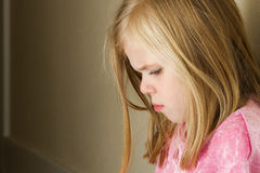 Child against the wall with a sad look Royalty Free Stock Images