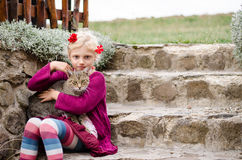 Child caressing big cat Royalty Free Stock Photography