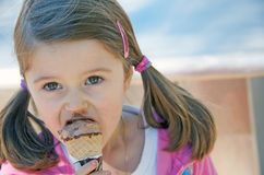 Free Child Eating Ice Cream Stock Photography - 15470282