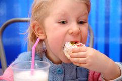 Child eats cake in cafe Royalty Free Stock Photos