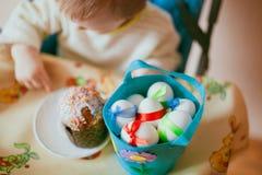 Child eats cake Royalty Free Stock Photography