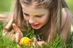 Child find easter egg outdoor Stock Photography