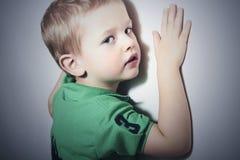 Child.Funny wenig Boy.Fashions-Kind nahe der Wand Lizenzfreie Stockfotos