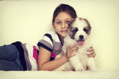 Child hugging a puppy Royalty Free Stock Photos