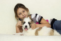 Child hugging a puppy Royalty Free Stock Photography