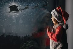 Free Child Looks Out The Window On Christmas Day Royalty Free Stock Photography - 162589447
