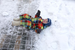 Child lying in the snow Royalty Free Stock Photos