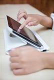 Child& x27; manos de s que juegan la tableta Imagen de archivo libre de regalías