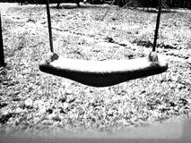 Child& x27 ; oscillation de s dans la neige Photographie stock libre de droits