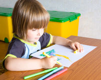 Child paints a felt-tip pen Royalty Free Stock Photography