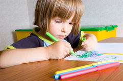 Child paints a felt-tip pen Royalty Free Stock Photos