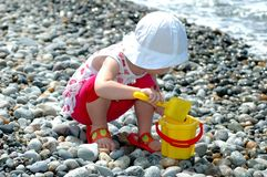 Child plays with a bucket Royalty Free Stock Images