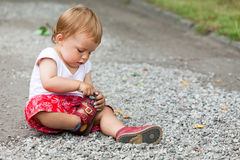 Child plays with pebbles Royalty Free Stock Photos