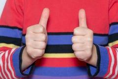 Child& x27; pollice di rappresentazione della mano di s su, come, segno positivo immagini stock libere da diritti