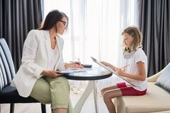 Free Child Psychologist Talking To Girl Kid In Office Royalty Free Stock Images - 196438789