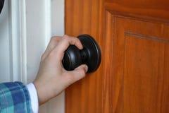 Child& x27; punho de gerencio do botão de porta da mão de s para a porta de madeira imagem de stock