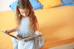 Child reading a book Royalty Free Stock Images
