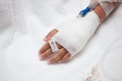 Child& x27; s cierpliwa ręka z zasolony śródżylnym & x28; iv& x29; kapinos Obrazy Stock