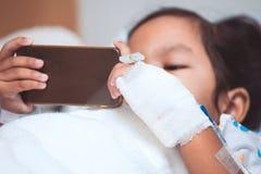 Child& x27; s cierpliwa ręka z zasolony śródżylnym & x28; iv& x29; kapinos Fotografia Stock