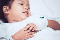 Child& x27; s cierpliwa ręka z zasolony śródżylnym & x28; iv& x29; kapinos Zdjęcie Stock