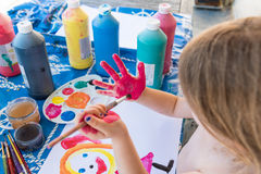Child& x27; s-fingermålning royaltyfri fotografi
