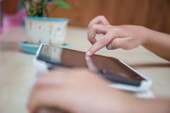 Child& x27; s-Hände, die Tablet-Computer spielen Stockfoto