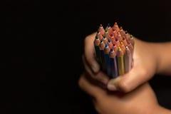 Child& x27; s-händer med blyertspennor, tillbaka till skolan Child& x27; s-händer med massor av färgrika blyertspennor Fotografering för Bildbyråer