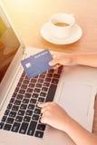 Child& x27; s handen die creditcard houden en op toetsenbord typen royalty-vrije stock afbeeldingen