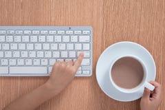 Child& x27; s handen die op toetsenbord typen royalty-vrije stock foto
